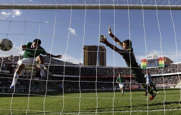 En 2012 Carlos Saucedo causó furor junto a la Selección de Bolivia cuando derrotaron en La Paz a Uruguay 4-1. El atacante se destapó con un triplete, incluido este cabezazo imposible para Fernando Muslera. | ARCHIVO
