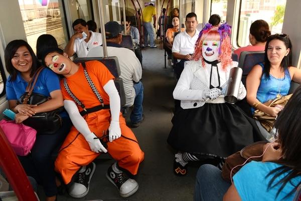 Fiestón. Estrellita y Chiflis hicieron gozar a los viajantes con sus ocurrencias en la Estación del Pacífico. Carlos González