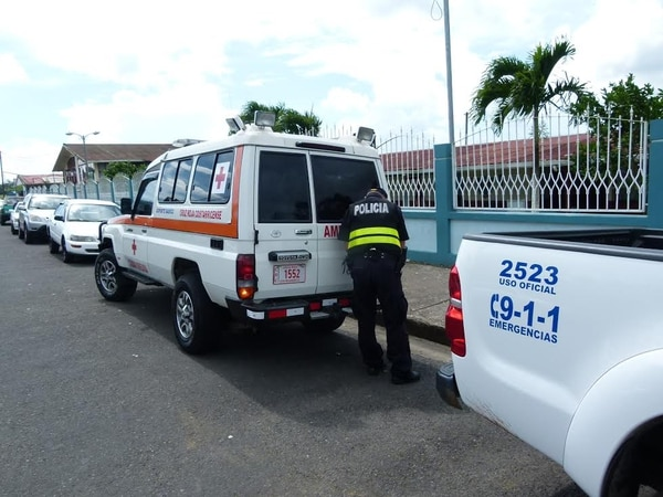 Unidades de Cruz Roja y de la Fuerza Pública llegaron al centro educativo a investigar ante la alerta girada desde el Liceo de San Carlos.