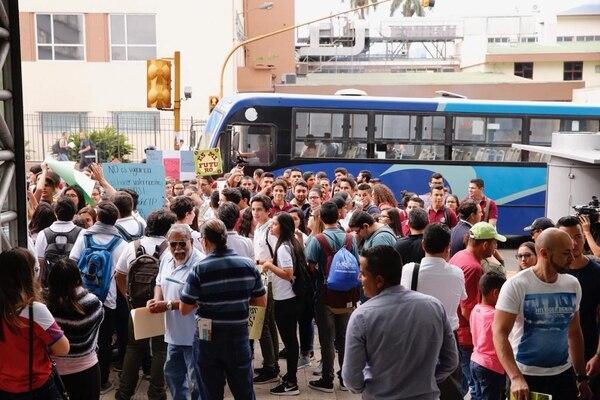 Manifestación de estudiantes se mantiene en la acera frenteal MEP, en Paseo Colón. Foto: Albert Marín.