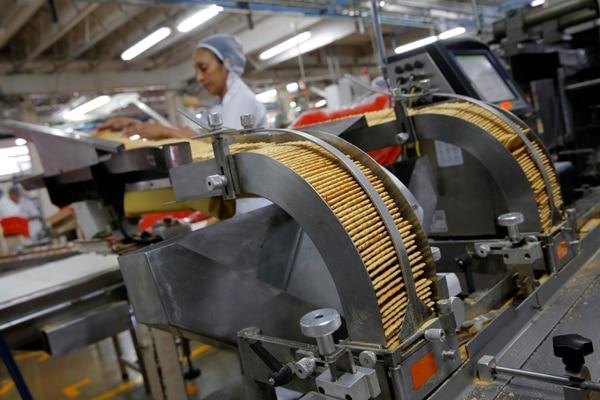 Las empresas locales del sector alimenticio son las únicas que reportan un crecimiento positivo de su producción, el resto de la industria de manufactura está en contracción desde hace un año, según el Banco Central. Foto: Mayela López.