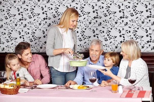 padres, hijos, abuelos, familia, cena, almuerzo, comer, servir
