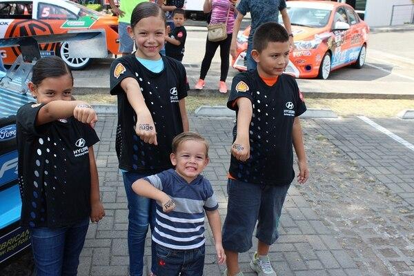 Los niños fueron los que más disfrutaron del encuentro con los pilotos y sus autos.