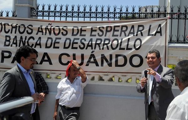 José María Villalta, diputado del Frente Amplio, y Fabio Molina, de Liberación Nacional, aseguraron a los agricultores que se impulsará el plan de ley para prestar más dinero del Sistema de Banca para el Desarrollo. | ALONSO TENORIO.