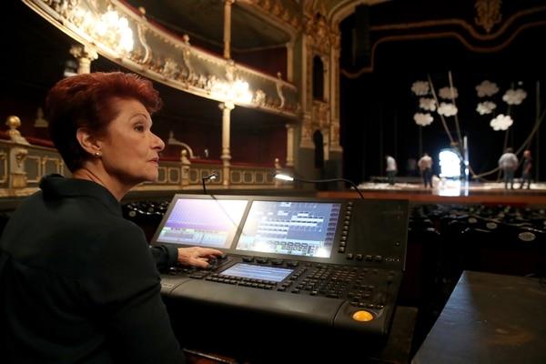 Jody Steiger posa junto a la consola portátil del Teatro Nacional. Foto: John Durán.