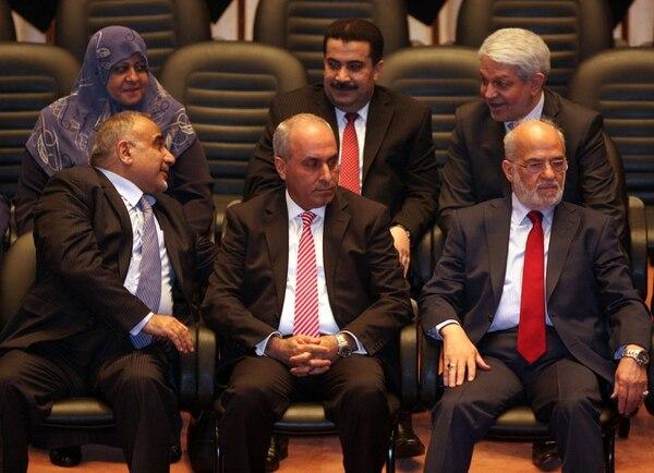 En la imagen, aparecen los miembros del nuevo gabinete iraquí (de izquierda a derecha abajo) el ministro de Petróleo, Adil Abdul Mahdi; de Planeación, Salman Aljumaily; y de Exteriores, Ibrahim Al-Jaafari durante una votación del Parlamento en Bagdad (Irak).