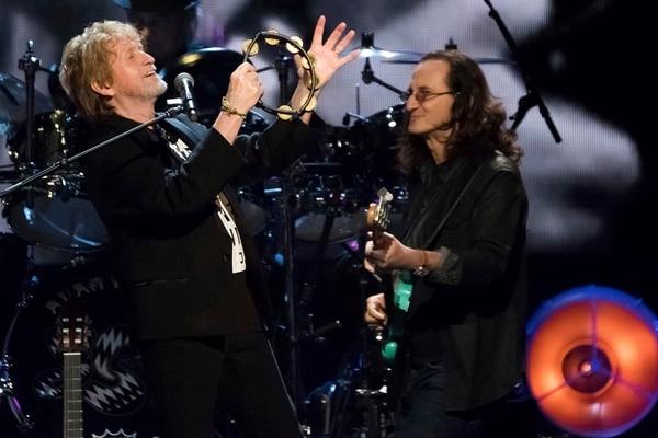Jon Anderson de Yes canta junto a Geddy Lee de Rush en la ceremonia de inducción del Salón de la Fama del Rock and Roll.