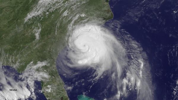 Fotografía facilitada por La Administración Nacional de Océanos y Atmósfera de EE.UU. (NOAA) que muestra la tormenta tropical 'Arthur' moviéndose hacia la costa Este de Carolina del Sur, Estados Unidos..
