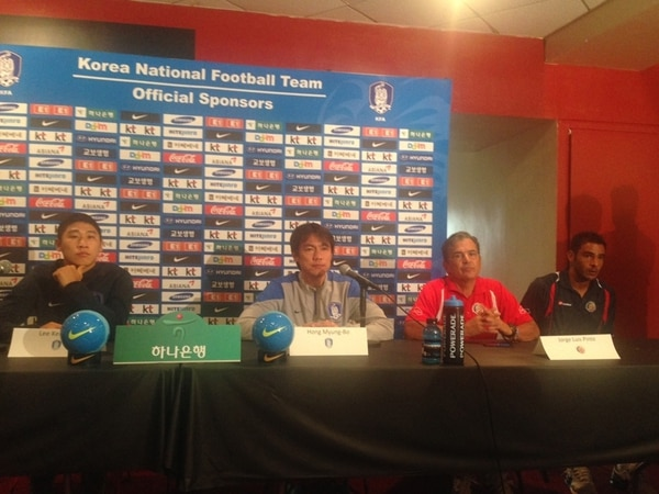 El entrenador de los surcoreanos, Hong Myung-Bo, habló ayer con la prensa, junto a Jorge Luis Pinto y Michael Umaña. | JOSÉ LUIS RODRÍGUEZ