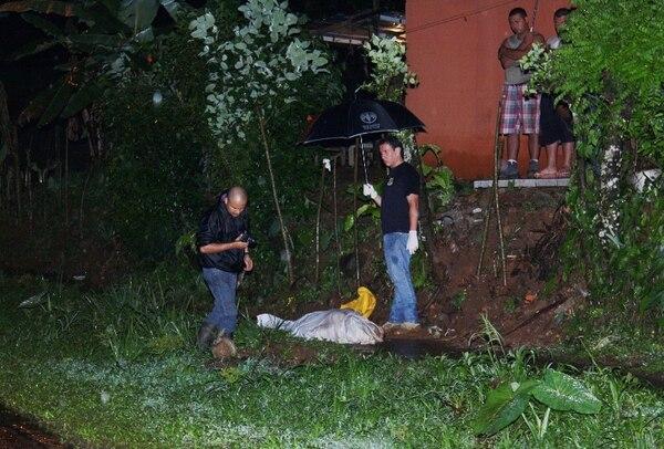 Agentes judiciales buscaron evidencias a la par del cuerpo. Reiner Montero