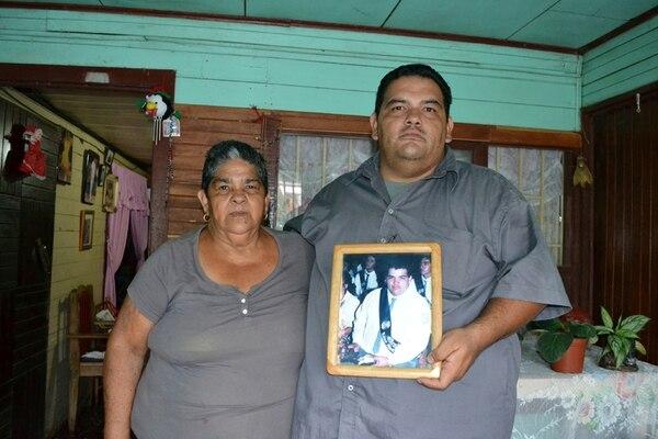 Presente. Margarita Arce y Greivin Gamboa, madre y hermano de Robinson, creen que el suceso trágico ayudó a mejorar la seguridad en eventos masivos. A. Méndez