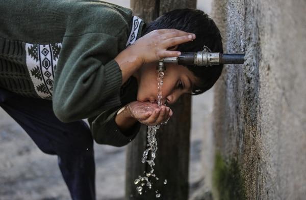 La población de Jan Yunis, en la franja de Gaza, cuenta con agua potable que se extrae de la humedad del aire. AFP