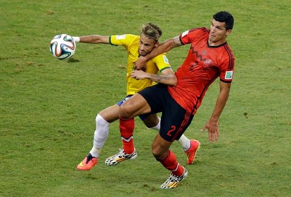 Neymar intenta superar al mexicano Francisco Rodríguez (2). | AP