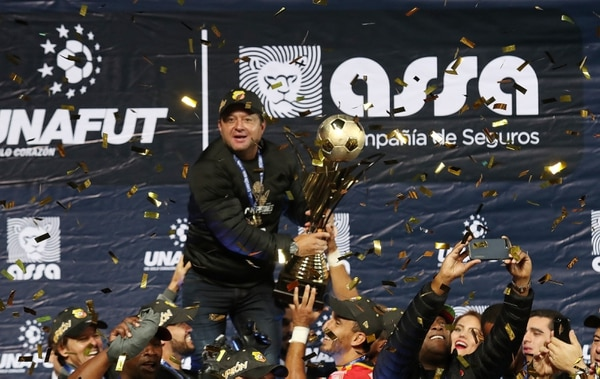 Jafet Soto levanta la copa de campeón del Herediano en su campeonato 27. Fotografía: John Durán