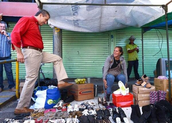 Guevara habló con Luisa Rojas en el Mercado Mayoreo. | CARLOS GONZÁLEZ.