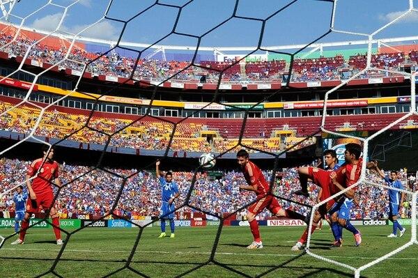 David Villa se adelanta a su compañero Diego Costa para anotar el primer gol del juego. Costa despejó ayer todas las dudas sobre su lesión.   AFP