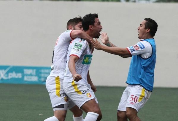Rándall Azofeifa celebra el gol que le marcó a Santos en el Ebal Rodríguez, en la semifinal del Torneo de Verano 2015. Festejó con Elías Aguilar (izquierda) y Yosimar Arias (derecha). | JOSÉ CORDERO