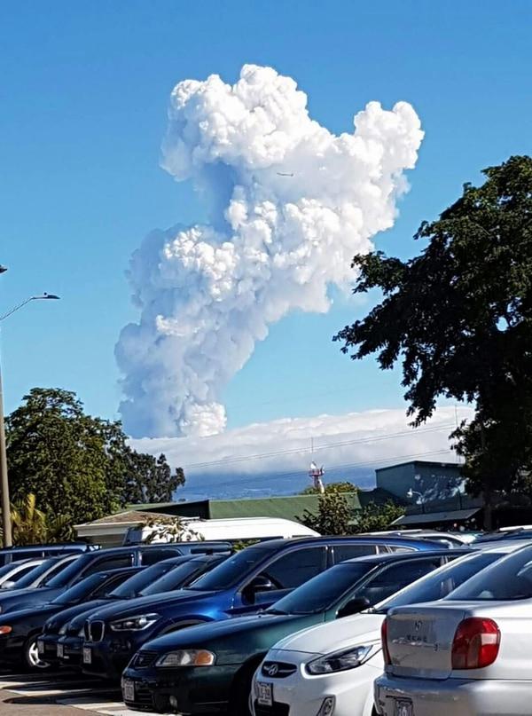 Pluma del volcán Poas vista desde el Hospital México, en La Uruca (San José).