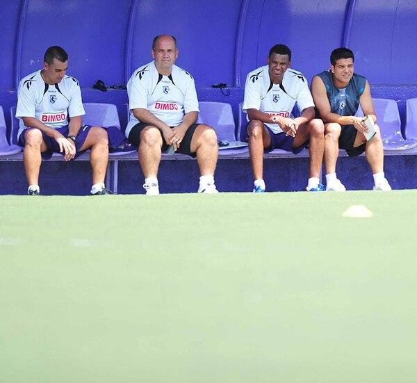 El argentino José Giacone (izquierda), actual técnico de la UCR, fue parte del cuerpo técnico que hizo campeón a Saprissa en el Torneo de Verano 2010, que encabezó Roy Myers ( derecha). Con ellos, Willie Gálvez. | ARCHIVO