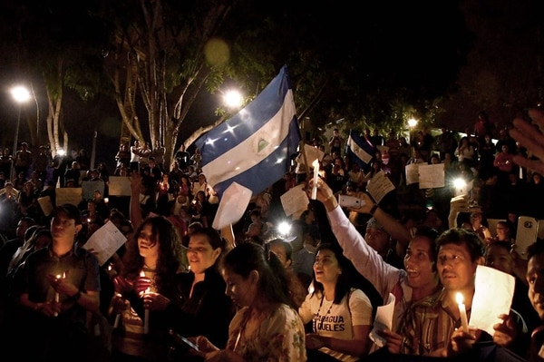 Nicaragüenses que viven en Costa Rica participaron en una vigilia por la paz en su país este sábado en la plaza de la Democracia. Foto: AFP