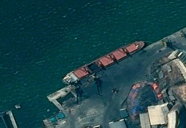 El buque norcoreano Wise Honest anclado en un puerto desconocido, según esta imagen difundida por el Departamento de Justicia estadounidense.
