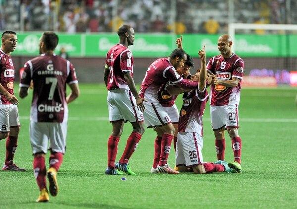 Daniel Colindres (26) es felicitado por Machado, Robinson, Morales y Mora tras conseguir el único tanto del partido entre Saprissa y Herediano, realizado el sábado anterior en el estadio morado. | MARCELA BERTOZZI