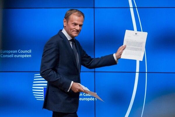 El presidente del Consejo Europeo, Donald Tuks, mostró el miércoles una copia de la comunicación oficial británica para iniciar las negociaciones sobre su salida.