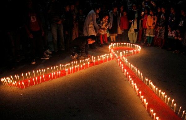 La noche de este lunes, nepalíes de un centro de rehabilitación para víctimas de abuso sexual, celebraron una vigilia por la víspera del Día Mundial del VIH.