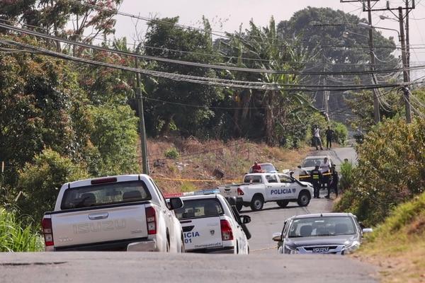 Esta semana la cifra de homicidios quedaría rebasada por el total de muertos que deja la covid-19 en el país. En la gráfica despliegue policial en marzo, por un asesinato en La Unión. Foto :Alonso Tenorio.