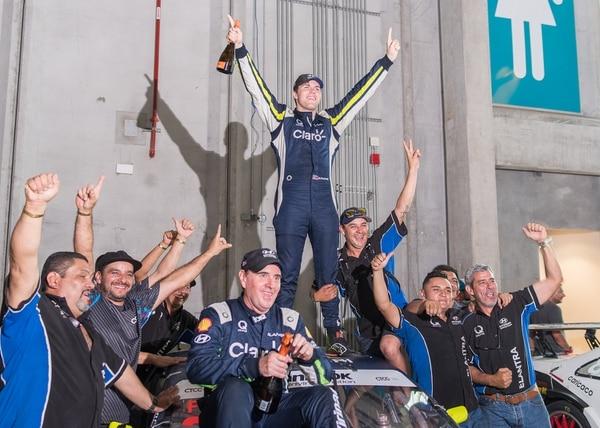 Danny Formal celebra con todos los miembros de la escudería Hyundai Claro Elantra el bicampeonato del CTCC. Fotografía: Hyundai-Claro