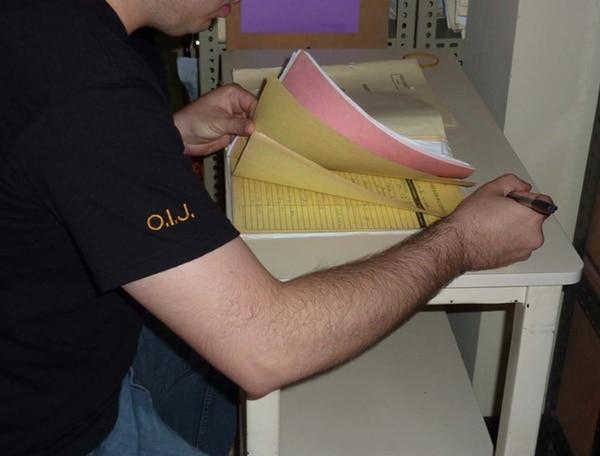 El OIJ se creó en 1974. En la foto, un agente en un allanamiento. | ARCHIVO.