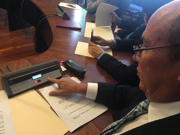 Rafael Ortiz, presidente del Congreso, mostró esta mañana el sistema electrónico de conteo de votos