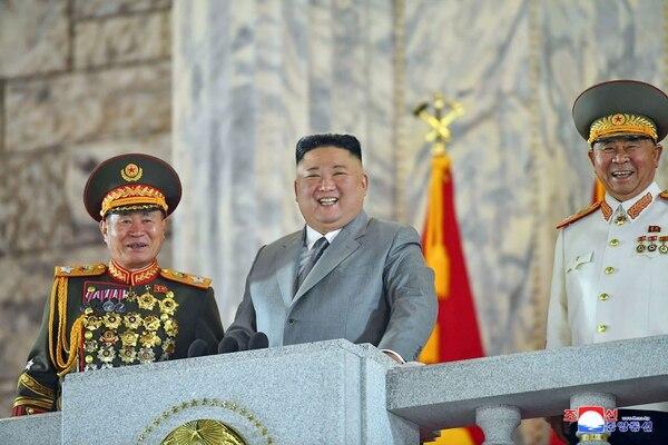 El máximo dirigente norcoreano, Kim Jong Un (centro) disfrutó el desfile m ilkitar en Pionyang, este sábado 10 de octubre del 2020. AFP/
