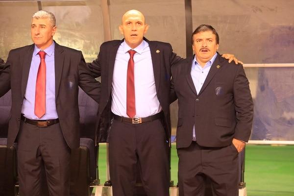 Alejandro Larrea, Luis Marín y Oscar Ramírez cantan el himno, previo a iniciar el partido contra Uruguay