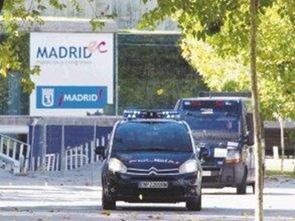 La Policía revisó ayer el estadio Madrid Arena luego de la tragedia.   AFP