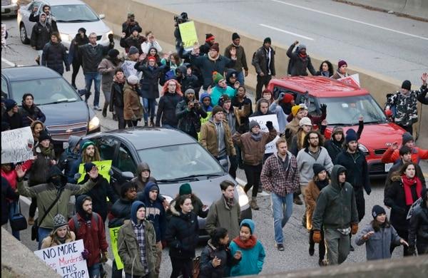 En noviembre del 2014 un grupo de manifestantes protestaron en la vía pública por la muerte del niño Tamir E. Rice en Cleveland.