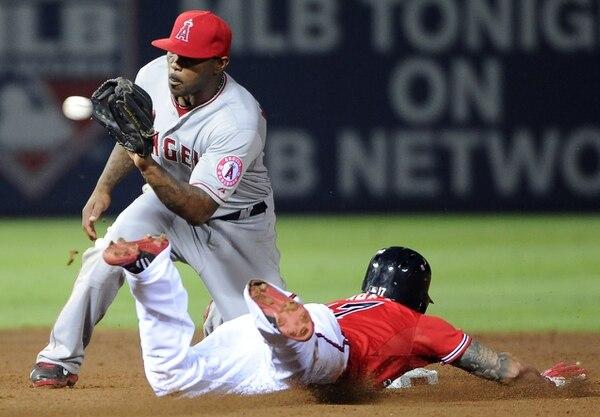 Howie Kendrick, de Los Angelinos, intenta bloquear en segunda base a Jordan Schafer, de los Bravos de Atlanta, .