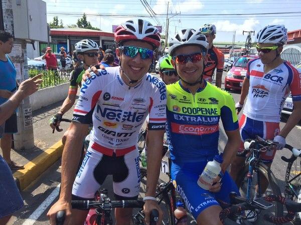 Román Villalobos (Nestlé Giant) y Josué González (Coopenae Extralum Economy) previo a la salida de la cuarta etapa.