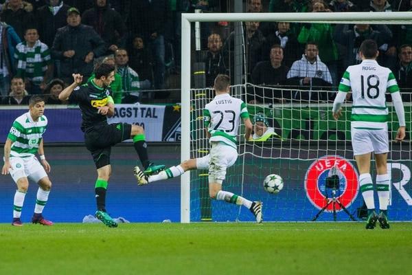 Cristian Gamboa (izq.) observa al alemán Lars Stindl, quien concretó el tanto del Borussia Moenchengladbach.