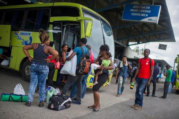 En la oficina de Migración en Paso Canoas, en la frontera con Panamá, decenas de migrantes irregulares solicitan un permiso de estadía temporal, para poder transitar por territorio costarricense por 25 días, como parte de su éxodo hacia Estados Unidos. | JOSÉ CORDERO