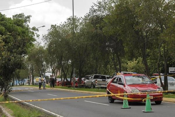 Un pasajero de taxi fue asesinado a balazos desde otro carro en Zapote la mañana de este jueves.
