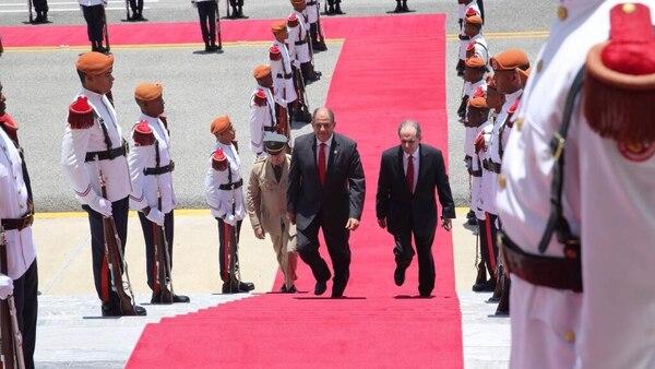 El presidente electo Luis Guillermo Solís fue recibido este jueves por el presidente de República Dominicana, Danilo Medina.