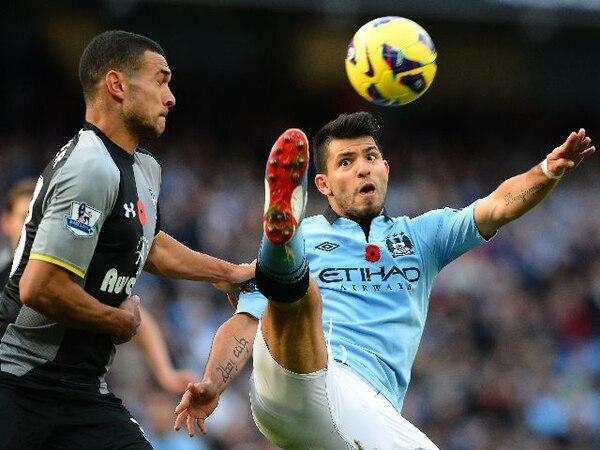 Sergio Kun Aguero (derecha), delantero Manchester City, disputó hoy el balón con Steven Caulker, defensor del Tottenham. / Archivo