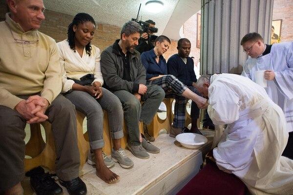 El papa Francisco lavó los pies a seis presos y seis reclusas de una cárcel en Rebibbia, en el norte de Roma.