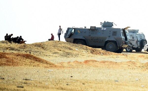 Fotografía tomada este sábado cuando las fuerzas armadas egipcias hacían guardia en el oasis de Bahariya, en el desierto occidental del país.