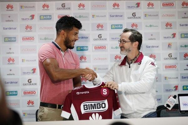 Johan Venegas fue presentado este jueves como jugador del Saprissa. A su lado, Juan Carlos Rojas, jerarca morado. José Cordero