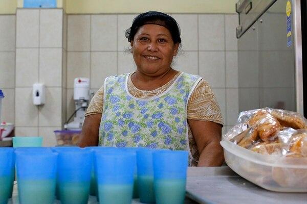 Rosario Jiménez, mejor conocida como Chayito, trabaja como voluntaria en el comedor. El jueves 14 de mayo ella estuvo entregando pan y bananos a los niños para que se los llevaran y merendaran en su casa. Fotos: Mayela López