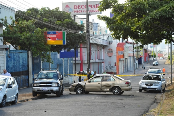 En la calle paralela a la carretera de Circunvalación en Colonia Kennedy, un auto Toyota Yaris en el que huían los homicidas chocó con tres vehículos. Foto Marvin Caravaca.