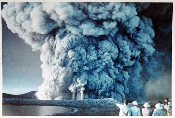 Imagen de unas de la primeras erupciones del volcán Irazú en 1963. La ceniza afectó gran parte del país.   ARCHIVO / WALTER SCHAER KRUSE