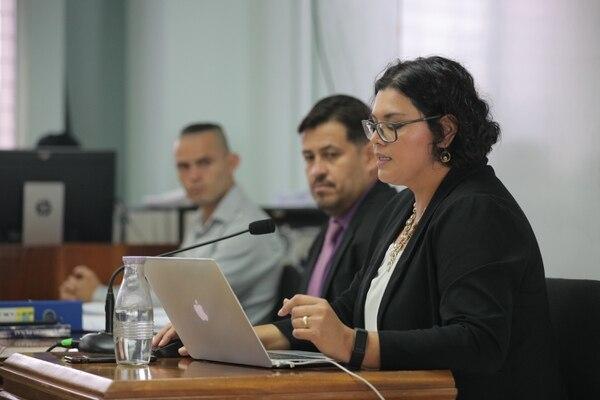La fiscala Paula Aragón fue la primera en exponer sus conclusiones, luego le siguió Erick Varela, abogado deo ofendido Esteban Araya (al fondo). Foto: Jeffrey Zamora